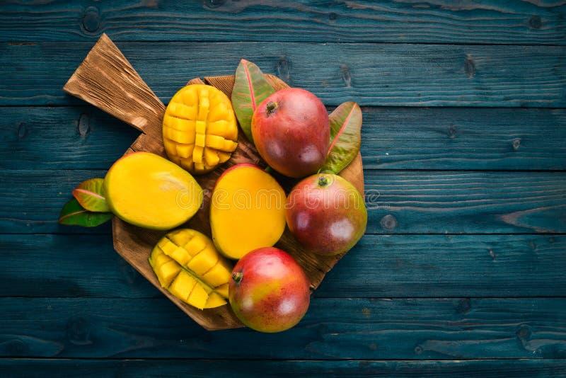 mangopflaume Auf einem blauen h?lzernen Hintergrund stockfoto