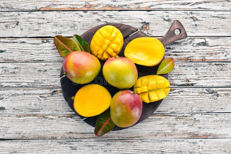 mangopflaume Auf einem wei?en h?lzernen Hintergrund Tropische Fr?chte lizenzfreies stockbild