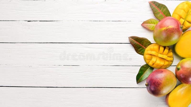 mangopflaume Auf einem wei?en h?lzernen Hintergrund Tropische Fr?chte stockfotografie