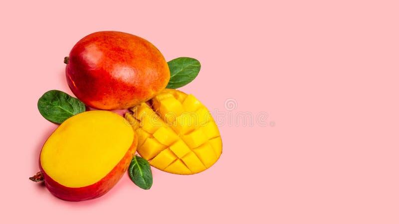 mangopflaume Die tropischen Früchte, die auf rosa Hintergrund, Kopienraumtext lokalisiert werden, löschen für Text, Draufsicht lizenzfreie stockfotos