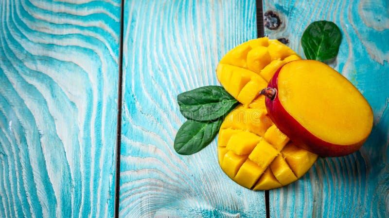 mangopflaume Tropische Früchte auf einem blauen hölzernen Hintergrund, Kopienraumtext, löschen für Text, Draufsicht lizenzfreie stockfotografie