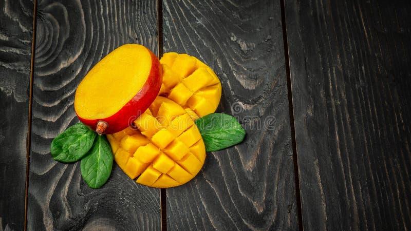 mangopflaume Tropische Früchte auf einem dunklen hölzernen Hintergrund, Kopienraumtext, löschen für Text, Draufsicht stockbilder