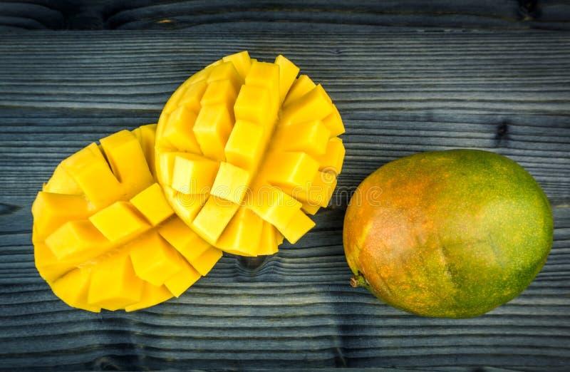 mangopflaume Tropische Fr?chte auf einem h?lzernen Hintergrund stockbild