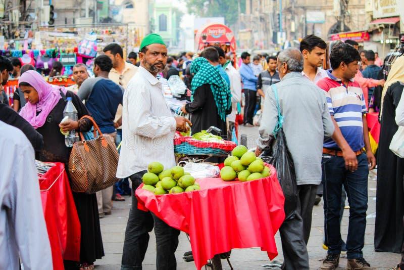 Mangosäljare på den Charminar gatan med folkmassan royaltyfri bild