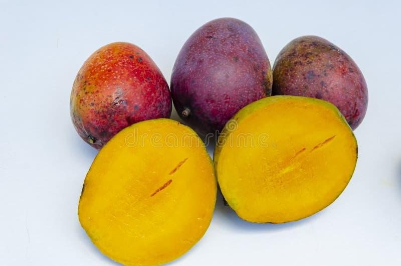 Mangos, conjunto y mitades imagen de archivo