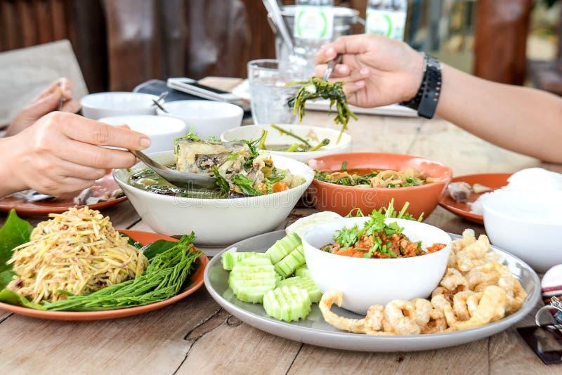 Mangosallad, Nam Prik Ong, matställe på trägolv arkivfoton