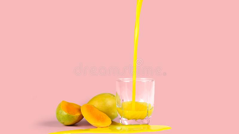 mangosap met, op een roze achtergrond stock foto's