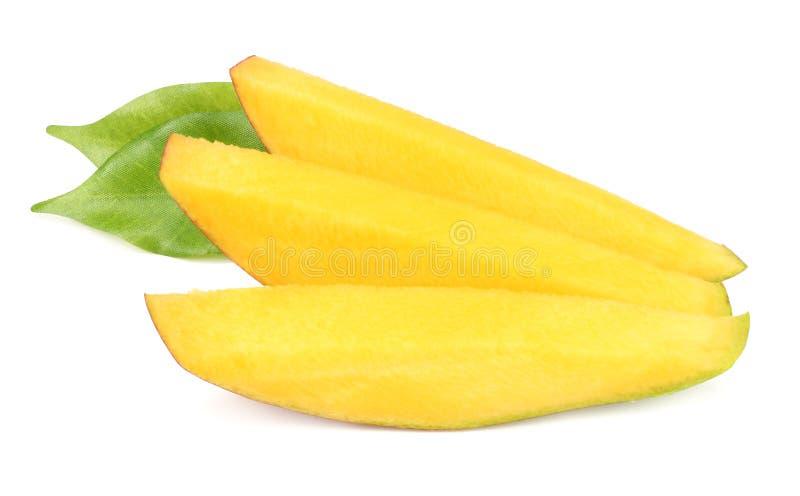 Mangoscheiben mit den Grünblättern lokalisiert auf weißem Hintergrund Gesunde Nahrung stockbilder