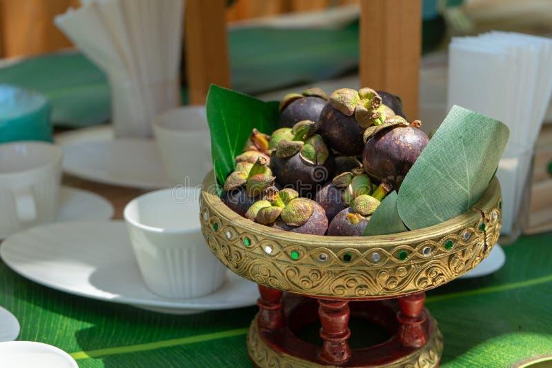 Mangostan op Aziatische Thaise uitstekende phan of dienblad op de houten lijst Zij klaar om voor de tijd van de seminariekoffiepa stock afbeeldingen