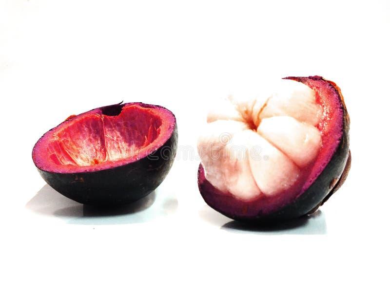 Mangostan, zoet die fruit, op een witte achtergrond wordt ge?soleerd stock afbeeldingen