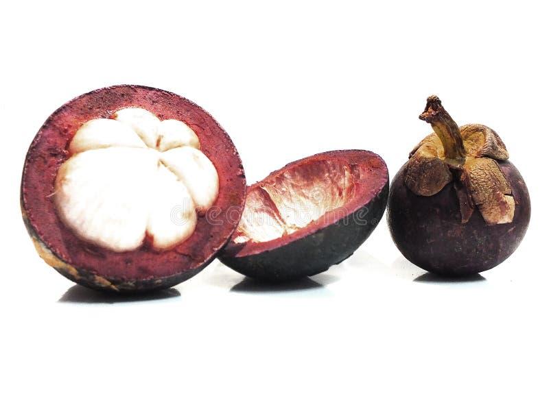 Mangostan, zoet die fruit, op een witte achtergrond wordt ge?soleerd royalty-vrije stock foto's