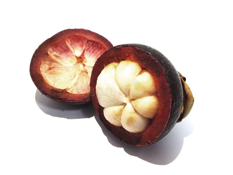 Mangostan, zoet die fruit, op een witte achtergrond wordt ge?soleerd stock foto's