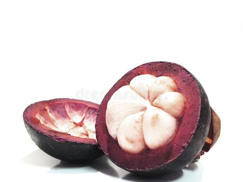 Mangostan, zoet die fruit, op een witte achtergrond wordt ge?soleerd royalty-vrije stock afbeeldingen