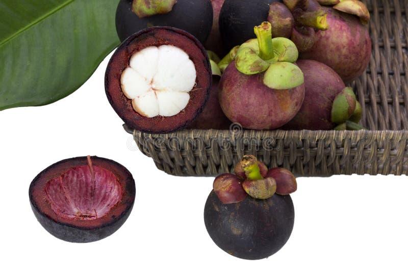 Mangostana mûr de Garcinia de mangoustans avec les feuilles vertes dans un panier sur le fond blanc photographie stock libre de droits
