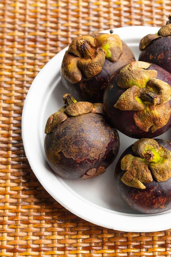 Mangostanfrüchte in einem Teller, Früchte aus Asien, Vietnam und Thailand lizenzfreie stockbilder