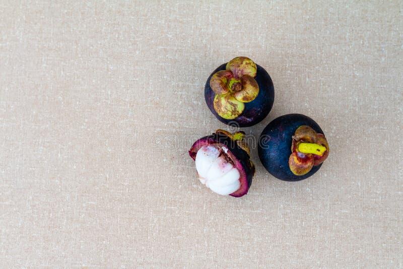 Mangostanfruit op de lijst royalty-vrije stock afbeelding