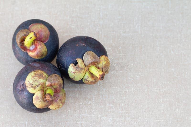 Mangostanfruit op de lijst stock foto