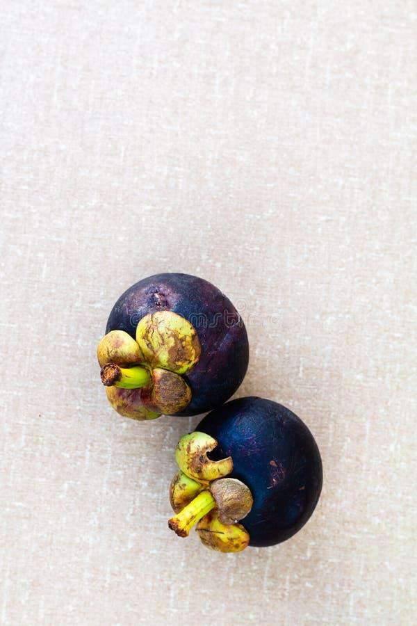 Mangostanfruit op de lijst royalty-vrije stock foto