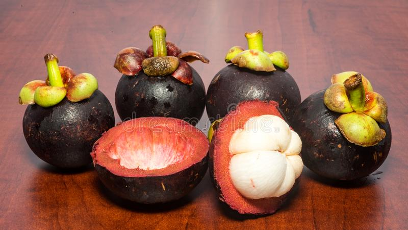 Mangostano di frutti tropicali sulla tavola di legno fotografia stock