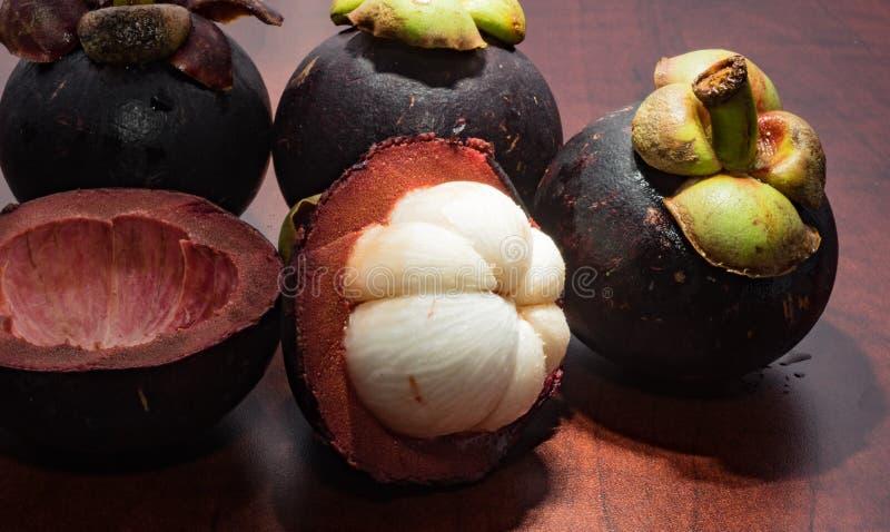 Mangostano di frutti tropicali sulla tavola di legno immagine stock