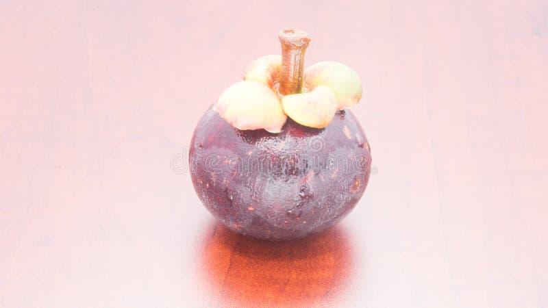 Mangostano di frutti tropicali sulla tavola di legno immagine stock libera da diritti
