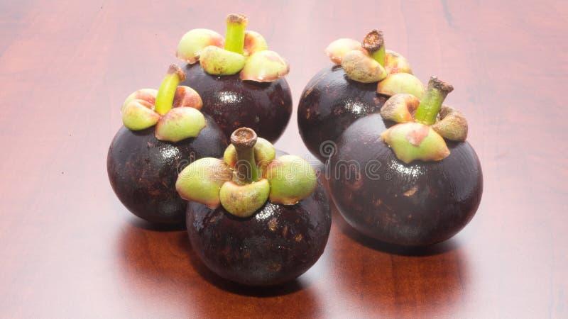Mangostano di frutti tropicali sulla tavola di legno fotografia stock libera da diritti