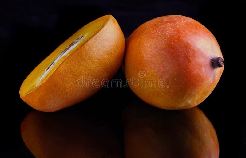 Mangowa egzotyczna owoc odizolowywaj?ca na czarnym tle fotografia royalty free