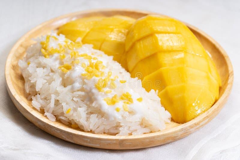 Mangowi i kleiści ryż, tradycyjny Tajlandzki deser zdjęcie stock