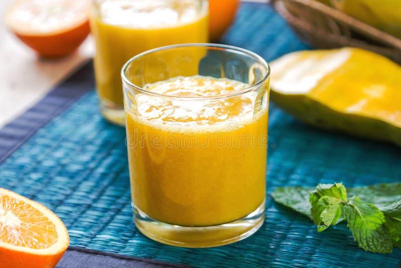 Mangowy i Pomarańczowy smoothie zdjęcie royalty free