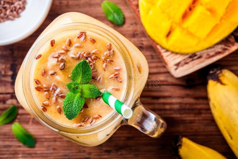 Mangowy smoothie z flaxseed i mennicą obraz royalty free