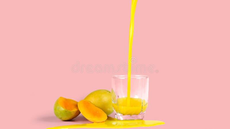 mangowy sok z na różowym tle, zdjęcia stock