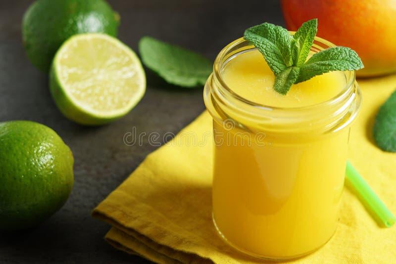 Mangowy wapno Tropikalnych owoc napój obraz royalty free