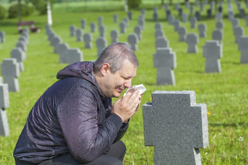 Mangråt nära soldatens grav arkivfoton