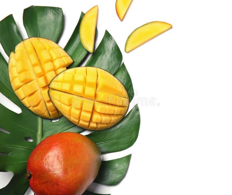 Mangue délicieuse et feuille verte d'isolement sur la vue blanche et supérieure photo stock