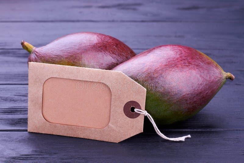 Mangue fraîche et prix à payer vide de carton photos stock