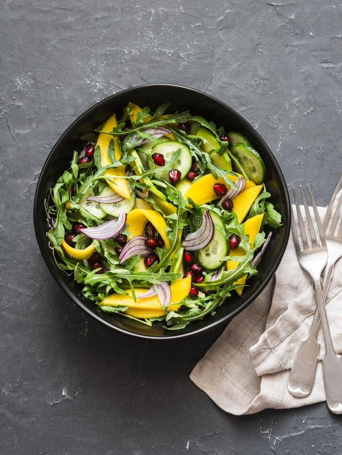 Mangue tropicale, avocat, concombre, salade d'arugula Nourriture végétarienne saine délicieuse Remboursement in fine photographie stock