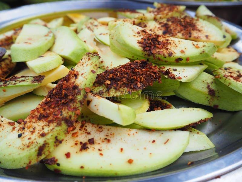 Mangue verte avec du sel épicé image stock