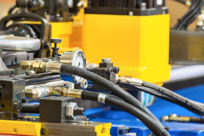 Mangueiras hidráulicas de borracha, conectadas ao equipamento industrial fotos de stock