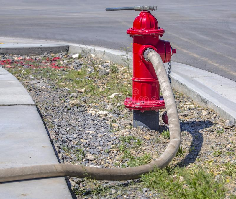 Manguera de bomberos conncted a la boca de riego imágenes de archivo libres de regalías