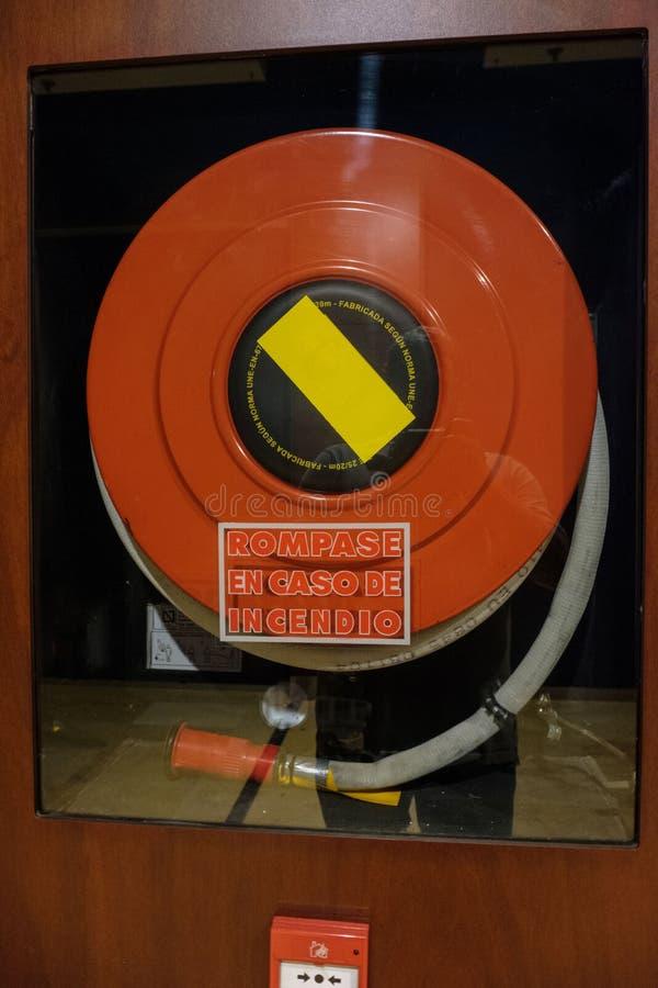 Manguera de bomberos dentro de su caja de cristal fotografía de archivo libre de regalías