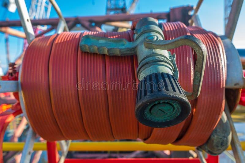 Manguera de bomberos en el helipuerto de la plataforma petrolera imagenes de archivo