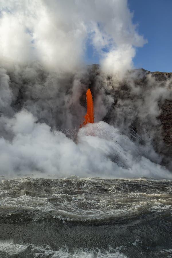Manguera de bomberos que bate para arriba el océano imagen de archivo libre de regalías