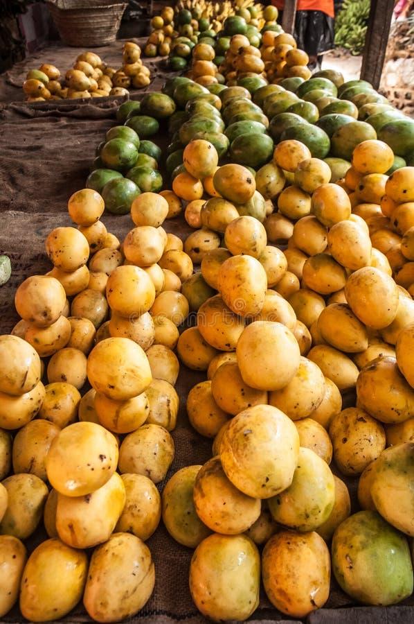 Mangues au marché de fruit photographie stock libre de droits