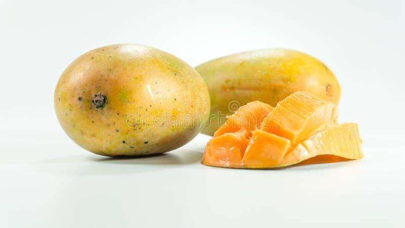 Mangues mûres à l'arrière-plan blanc photographie stock