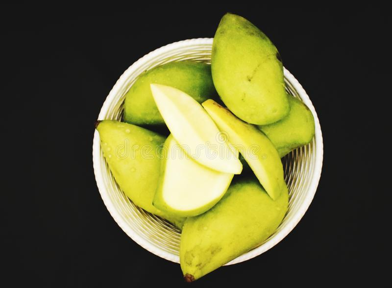 Mangues vertes dans un panier photos stock