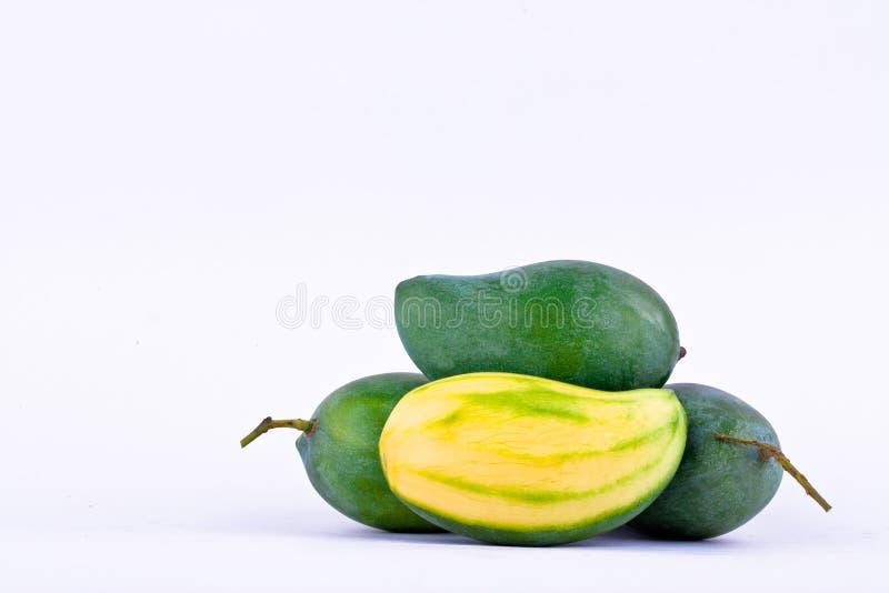 Mangues vertes fraîches épluchées et trois de mangue verte sur la nourriture saine de fruit de fond blanc d'isolement photos libres de droits