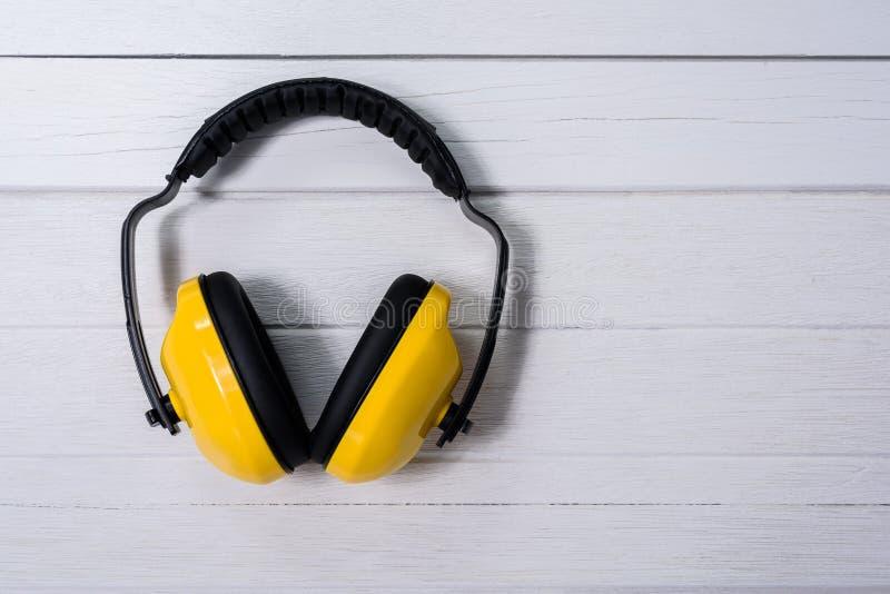 Manguitos protectores amarillos del oído imágenes de archivo libres de regalías