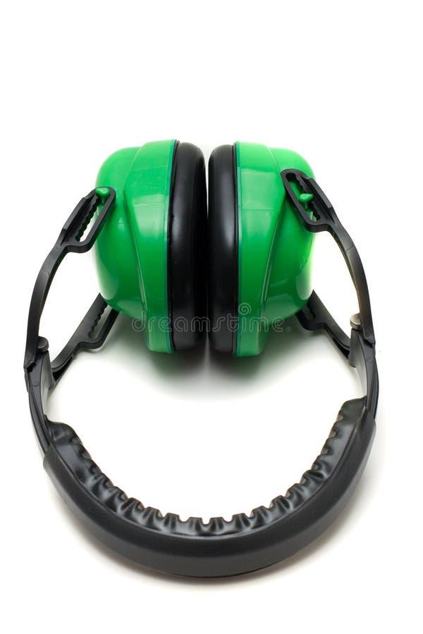 Manguitos protectores verdes del oído aislados en un fondo blanco foto de archivo