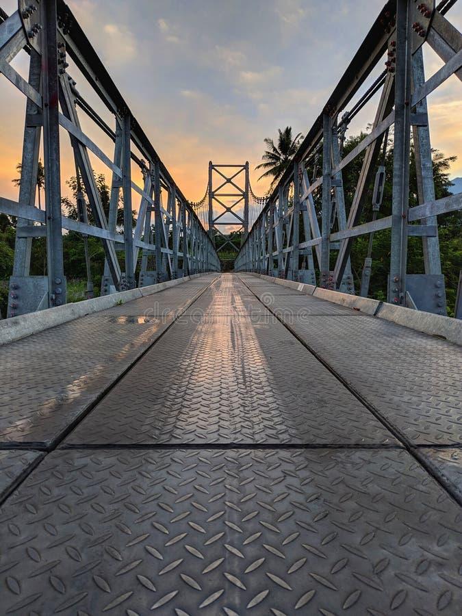 Mangunsuko桥梁、马格朗印度尼西亚和日出天空 库存图片