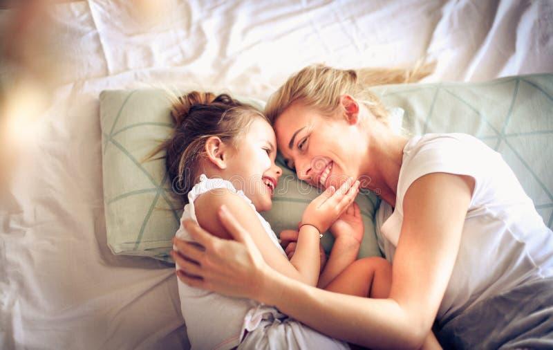 A manhã é hora de amar Mãe e filha fotos de stock royalty free